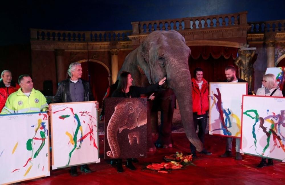 لوحات رسمتها أنثى الفيل