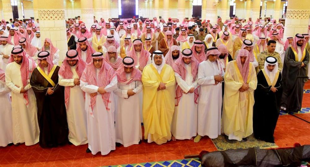 أداء الصلاة على الفقيد سعود السديري. (عكاظ)