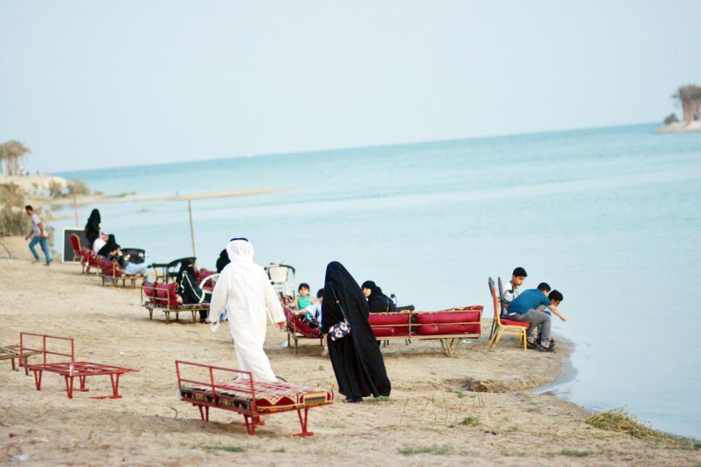 «صيف وشط» يجمع أفراد العائلة على شواطئ الخبر