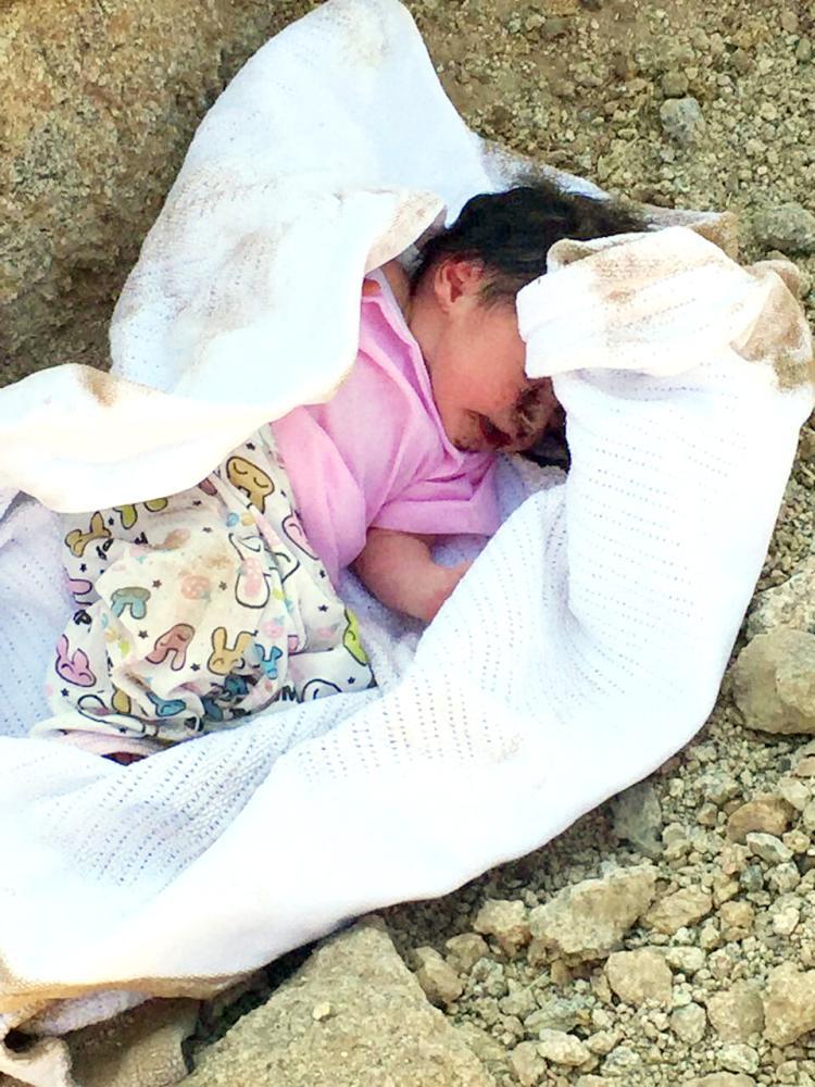 صورة للطفلة بعد إخراجها من الحفرة.