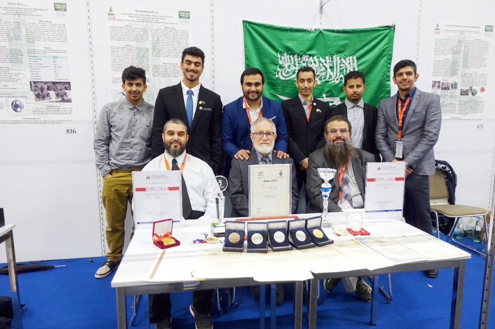 فريق الجامعة المتوّج بالجوائز والميداليات.