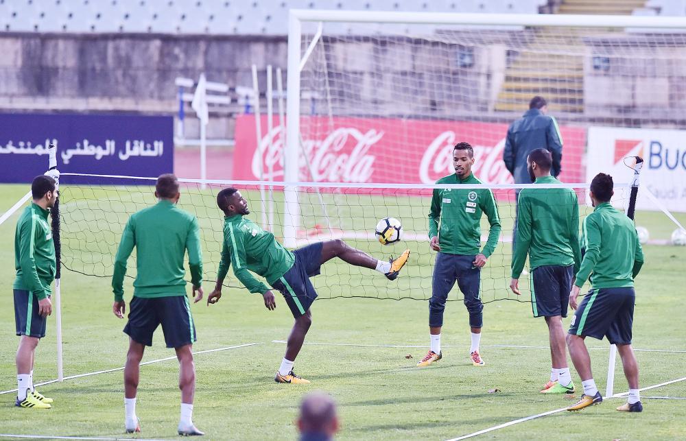 لاعبو المنتخب يؤدون تدريباتهم أمس.