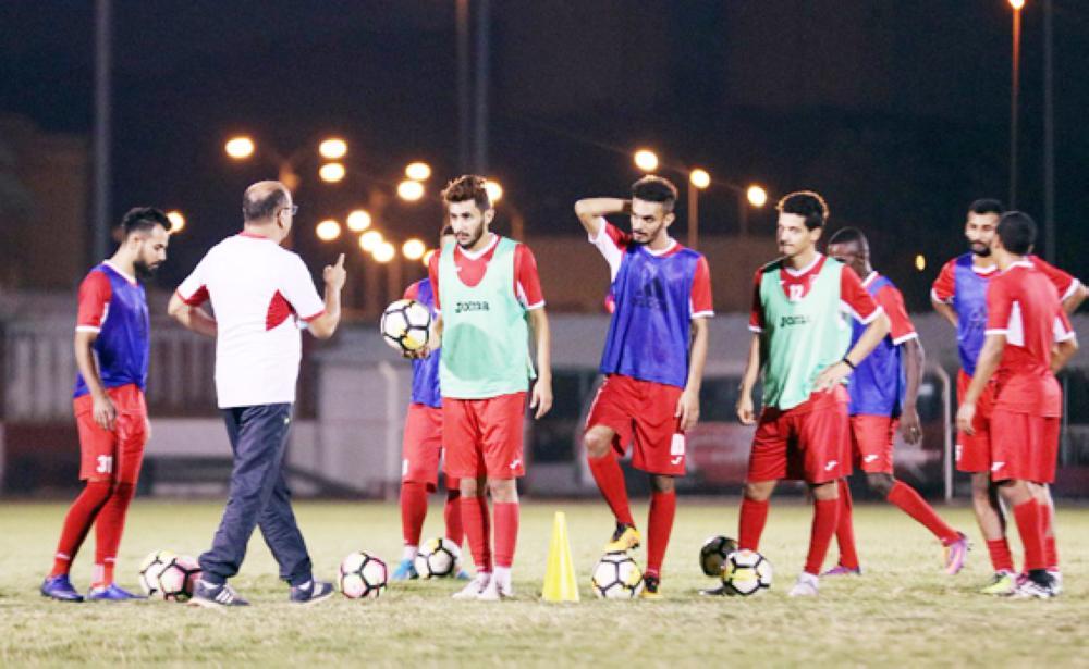 مدرب الوحدة يوجه لاعبيه في تدريب أمس. (عكاظ)