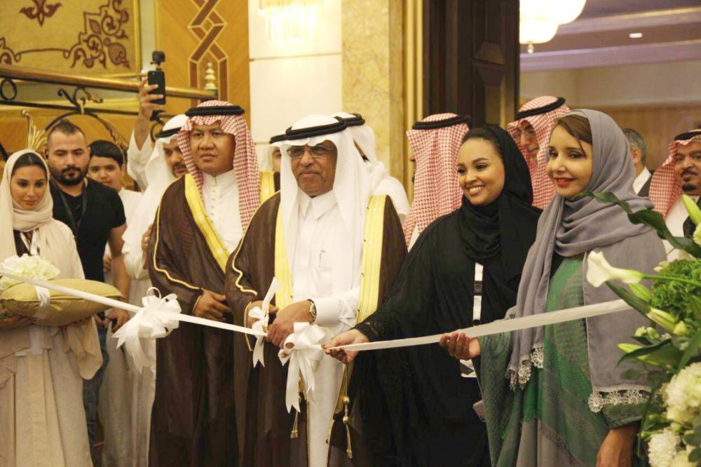 مدير جامعة أم القرى لدى افتتاح فعاليات المعرض أمس. (تصوير: فيصل مجرشي)