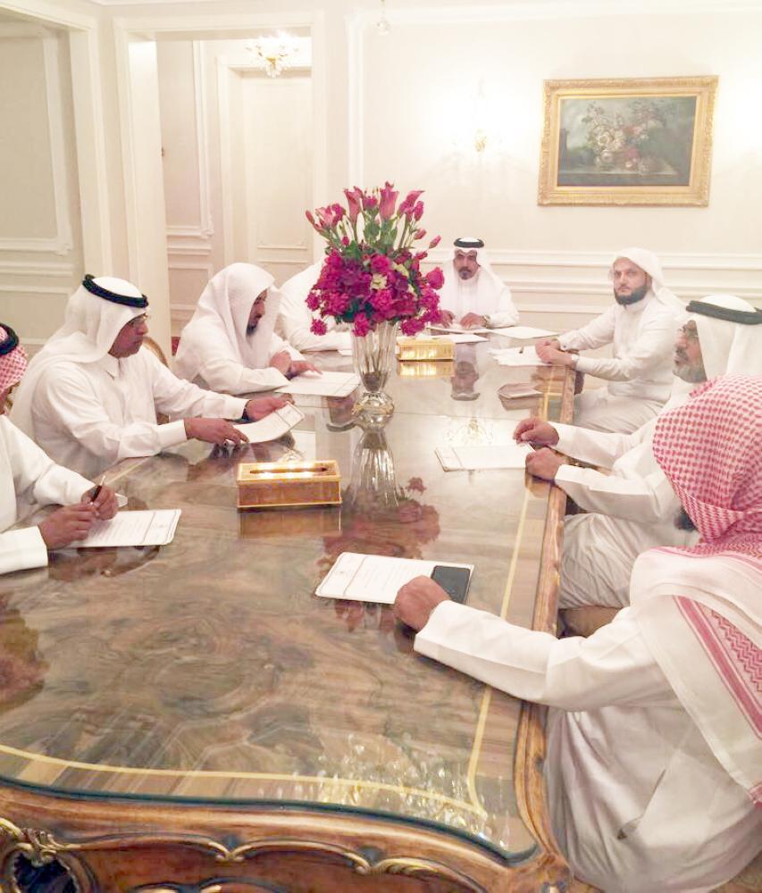 بكري عساس مترئسا اجتماع الهيئة الاستشارية لكرسي الملك سلمان لدراسات تاريخ مكة. (عكاظ)