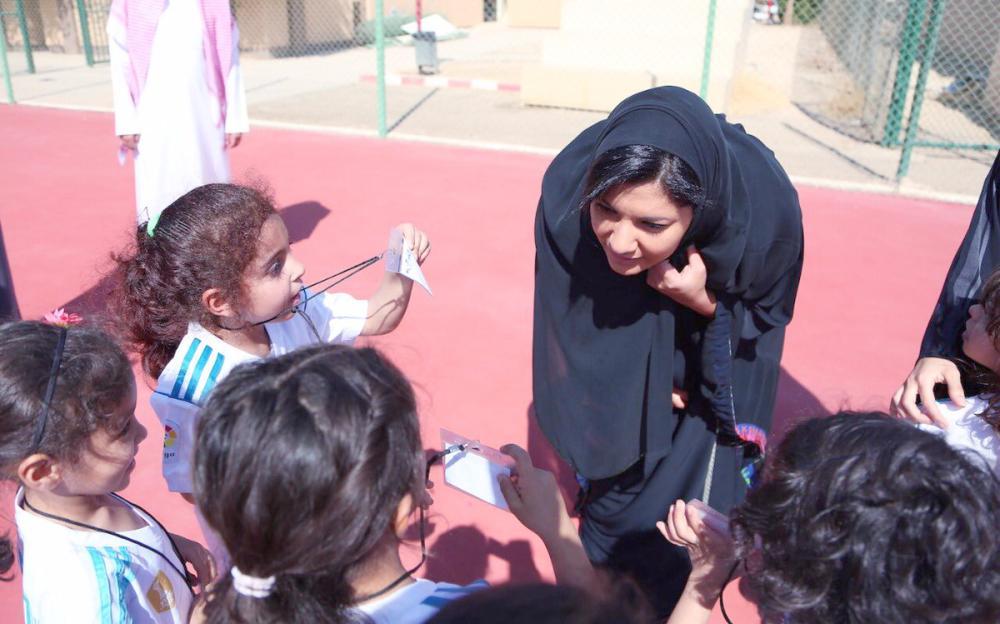 الأميرة ريما تستمع للبراعم أثناء مشاركتها في فعاليات الرياضة المجتمعية.