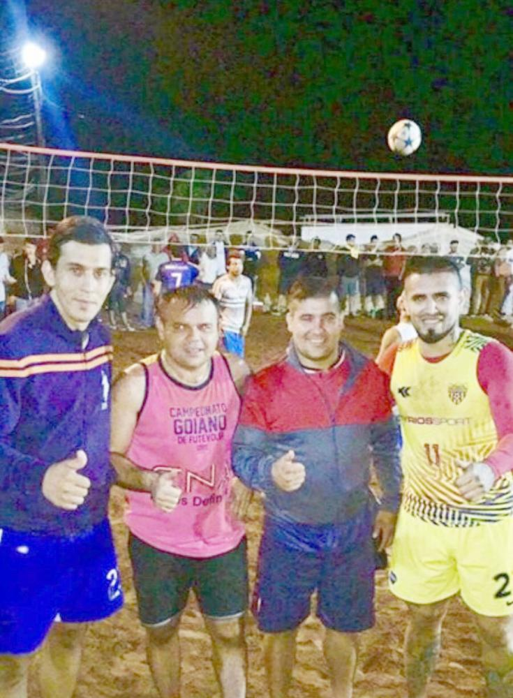 لاعب النصر أيالا برفقة أصدقائه في البارغواي.