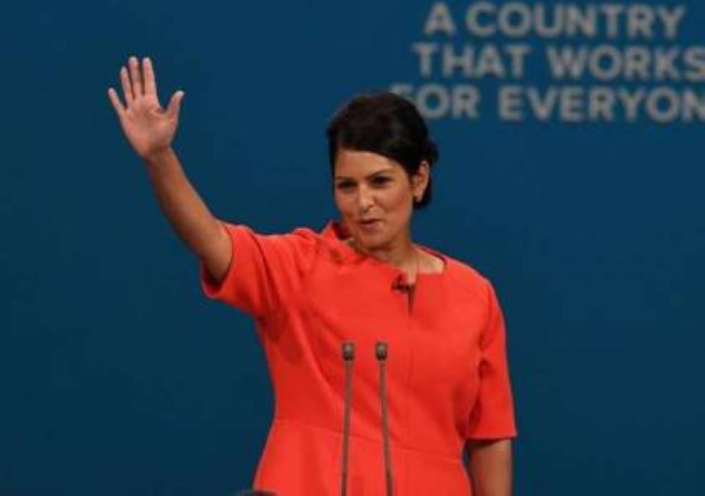وزيرة بريطانية تواجه الإقالة بسبب ساسة إسرائيليين