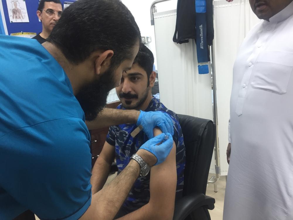 تطعيم لاعبي الفريق لاول من الانفلونزا