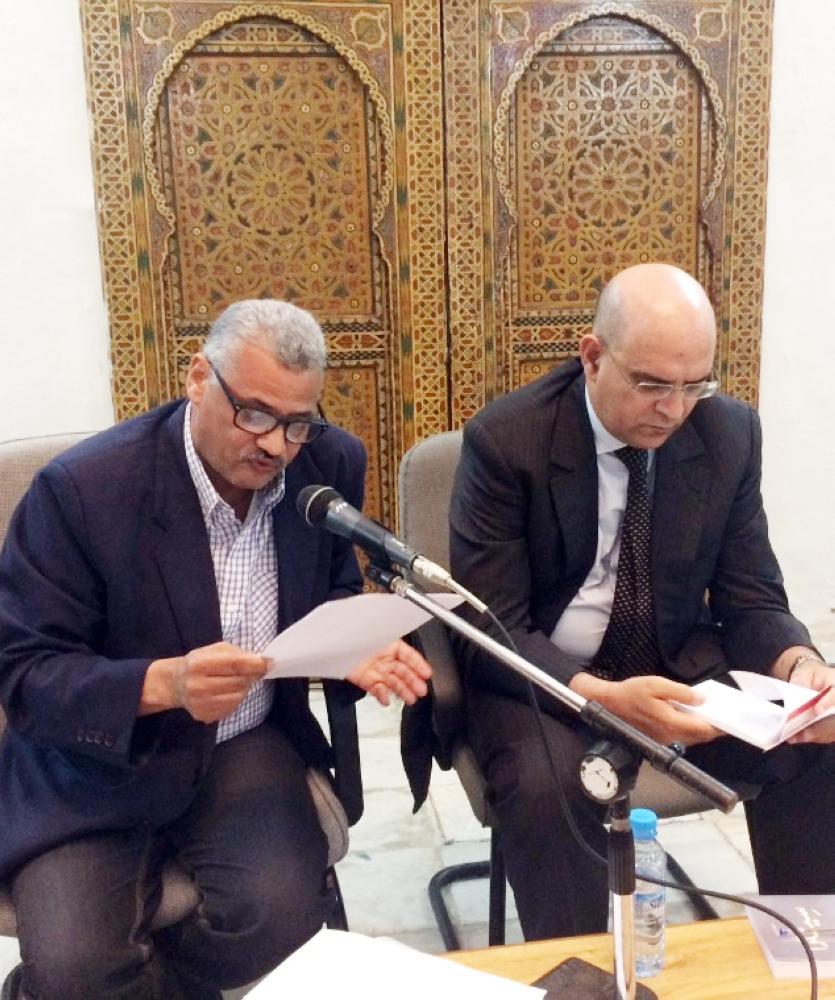 الناقد مصطفى سكم يقدم الروائي حسن أوريد في الأمسية المغربية. (عكاظ)