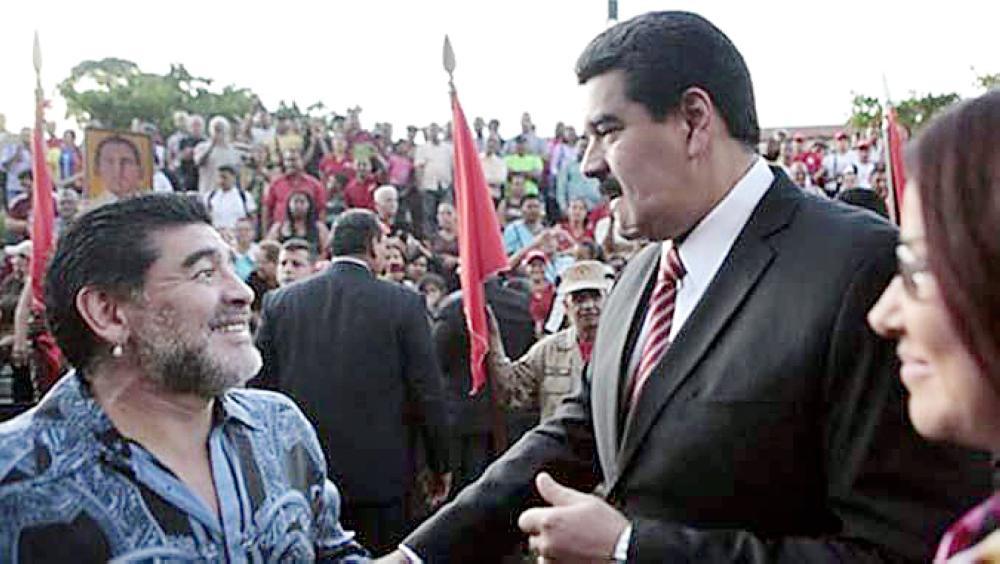 الرئيس الفنزويلي يرحب بمارادونا.