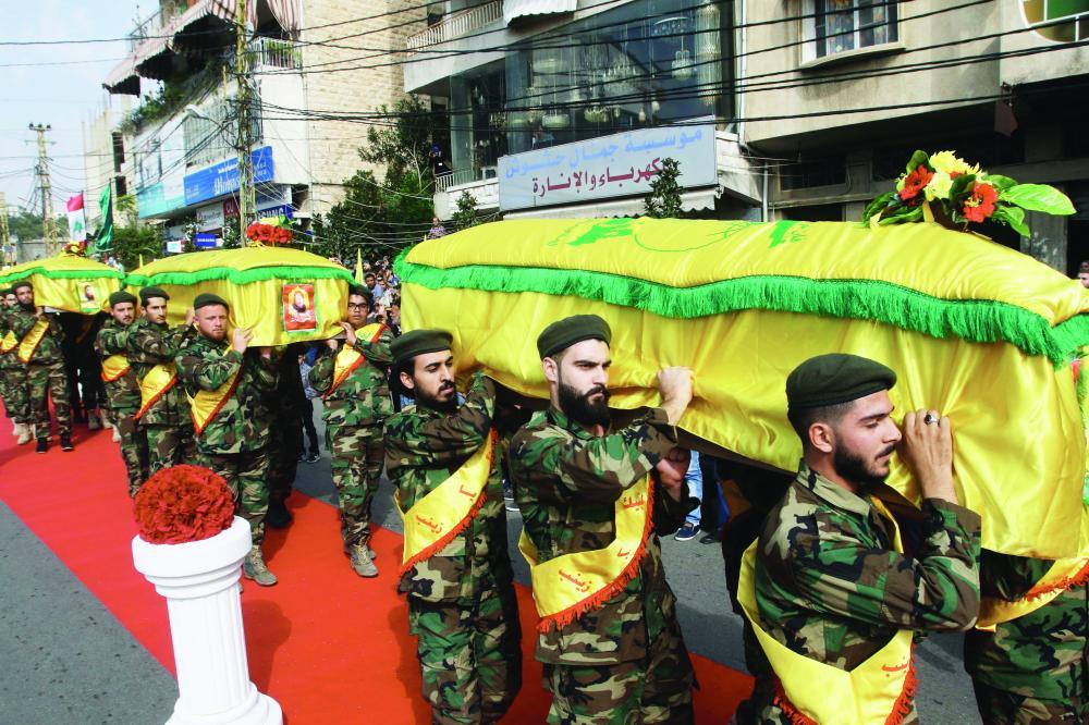 تشييع جثامين 3 إرهابيين من ميليشيات «حزب الله» قتلوا في سورية أمس. (أ. ف. ب)