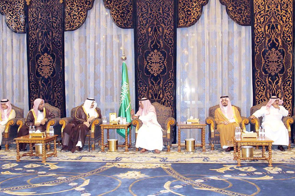 الأمير مقرن بن عبدالعزيز متلقيا تعازي الأمراء والمسؤولين. (عكاظ)