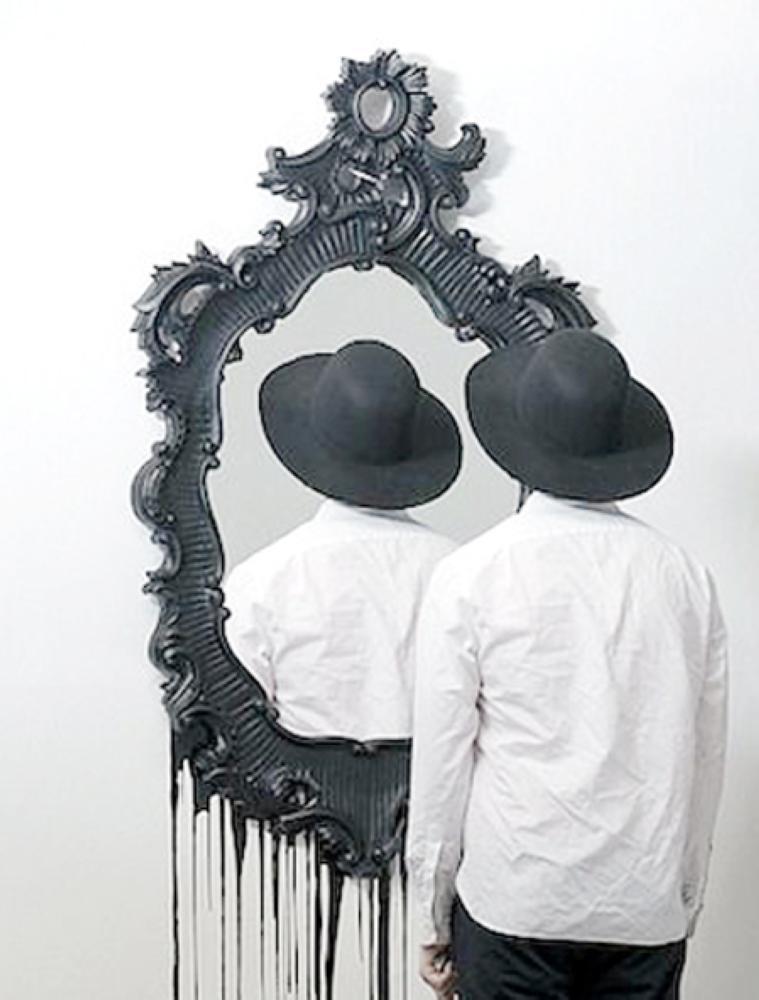 تشاجر مع «مرآة» فخلعته زوجته!