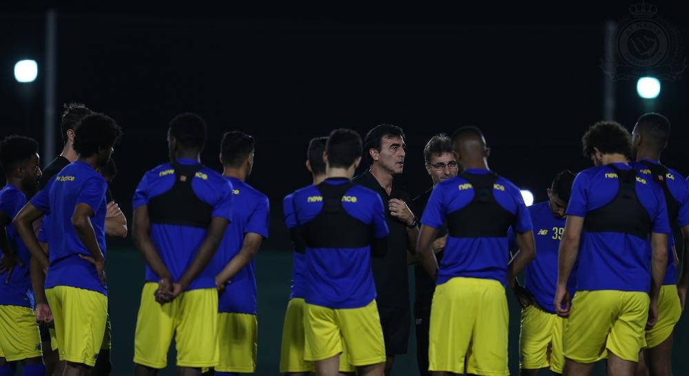 المدرب جوستافو مجتمعا مع اللاعبين قبل انطلاق التدريب.