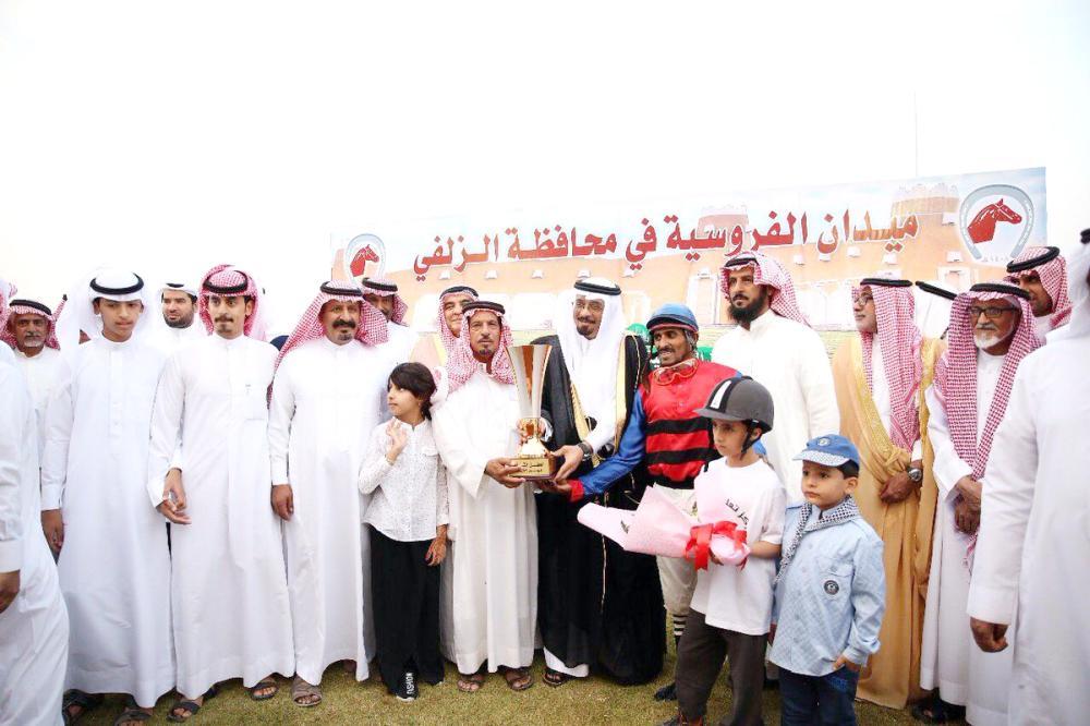 تسليم الفائزين جوائزهم.