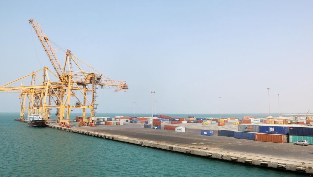 ميناء الحديدة يبدو خاليا من السفن. (أ.ف.ب)