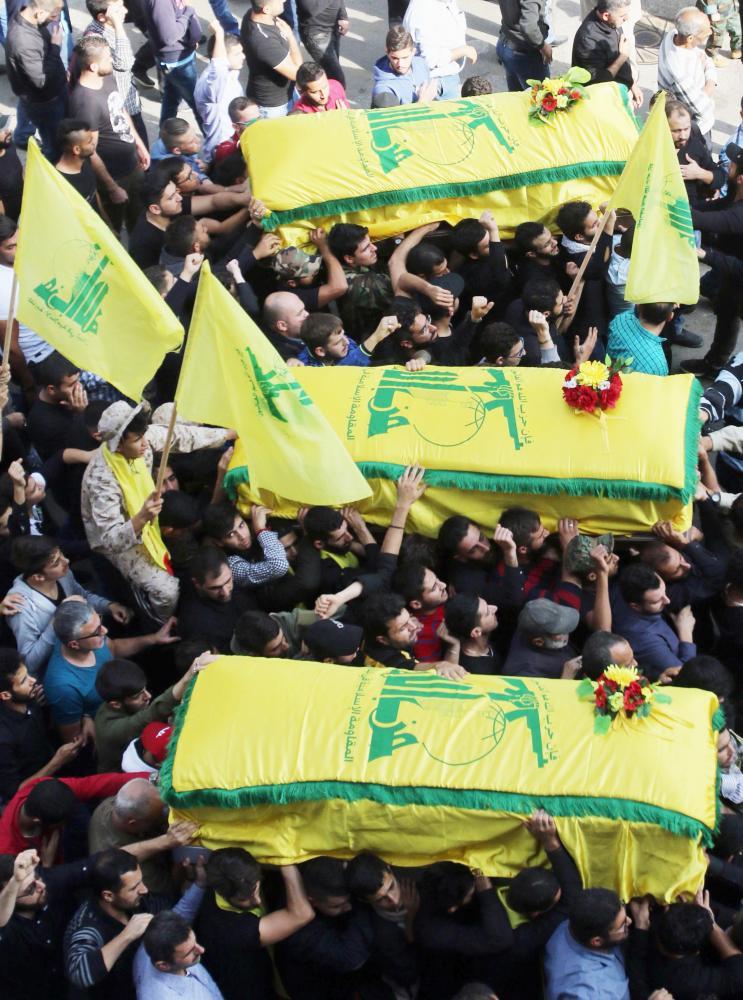 جثامين ثلاثة عناصر من ميليشيا «حزب الله» قتلوا في سورية أثناء تشييعهم في بيروت أمس الأول. (أ ف ب)