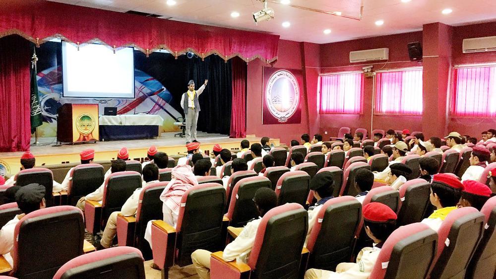أعضاء كشافة الرياض خلال إحدى المحاضرات. (عكاظ)