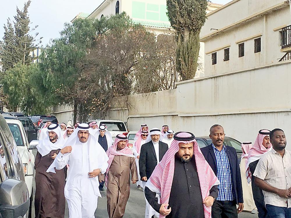 توافدت جموع غفيرة من المسؤولين والإعلاميين إلى مقر العزاء بمركز طبب (مسقط رأس الفقيد). (عكاظ)