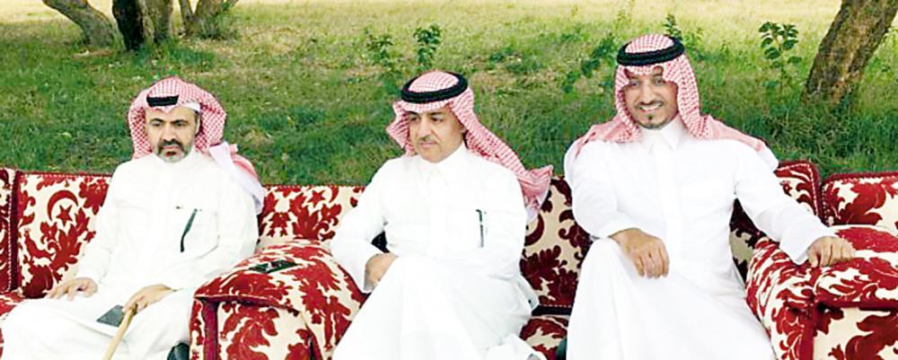 الأمير فيصل بن مقرن يتوسط الأمير الشهيد منصور بن مقرن والأمير عبدالعزيز بن هذلول. (عكاظ)
