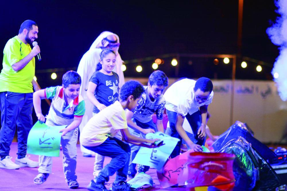 أطفال مشاركون في المهرجان العائلي. (عكاظ)