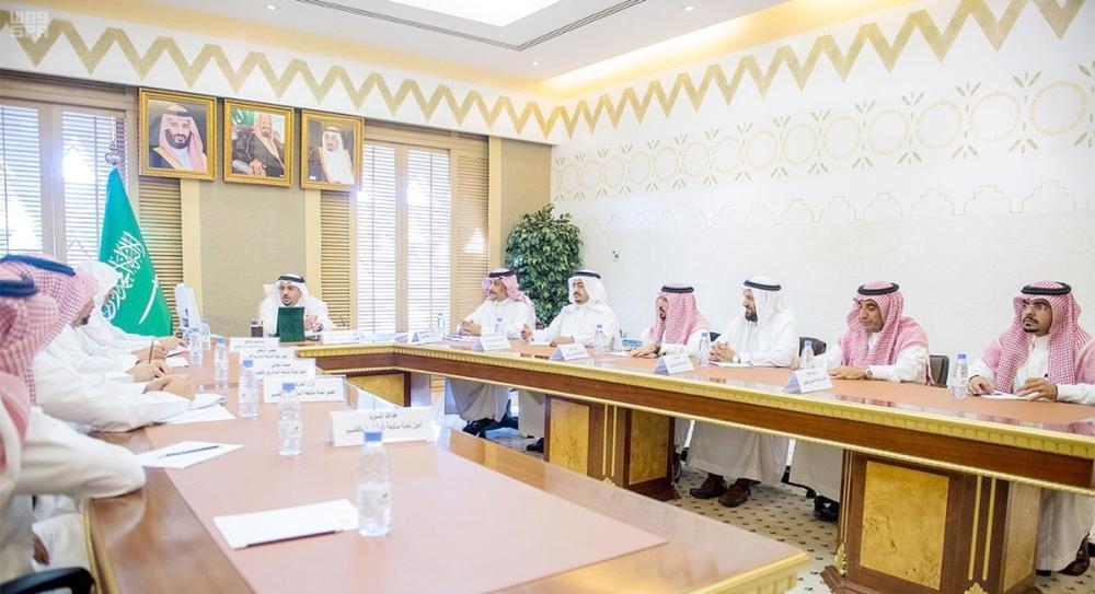 الأمير فيصل بن مشعل مترئسا اجتماع لجنة المشاريع. (عكاظ)