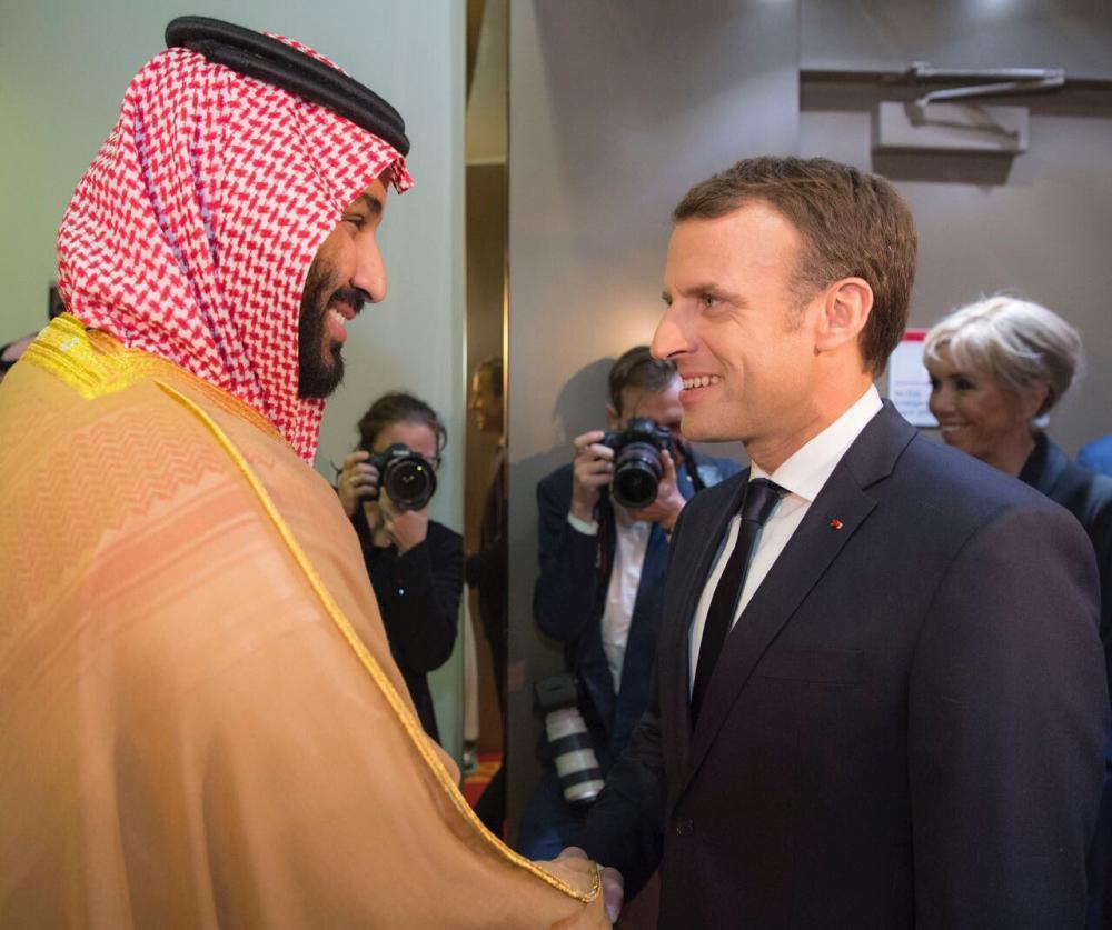 الأمير محمد بن سلمان مستقبلا الرئيس الفرنسي ماكرون أمس في الرياض. (عكاظ)
