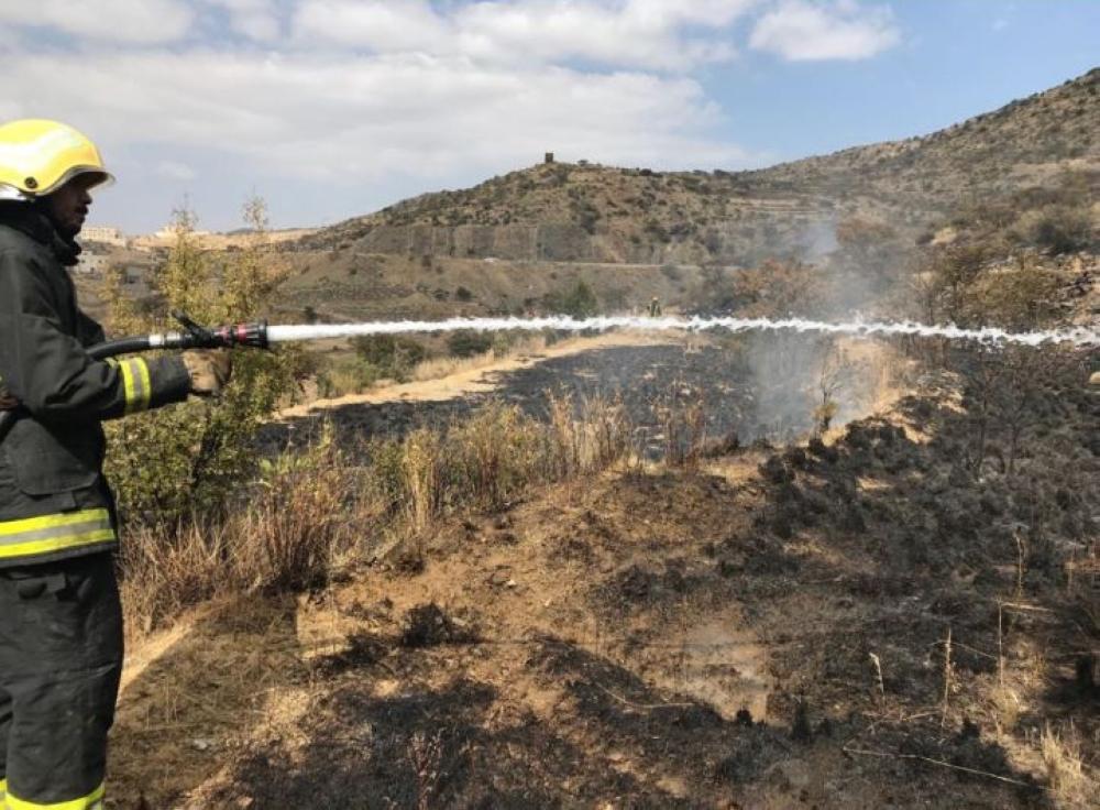 «مدني أبها» يواصل إخماد حريق على مساحة 100 ألف متر