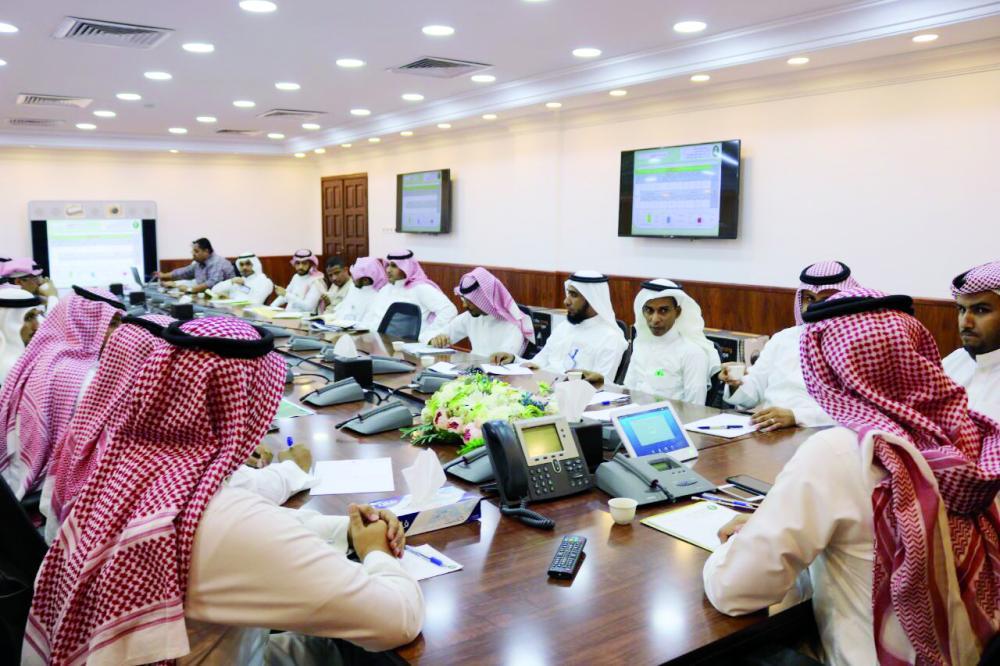 اجتماع إدارة مياه جازان لمناقشة تطوير تقديم الخدمات. (عكاظ)