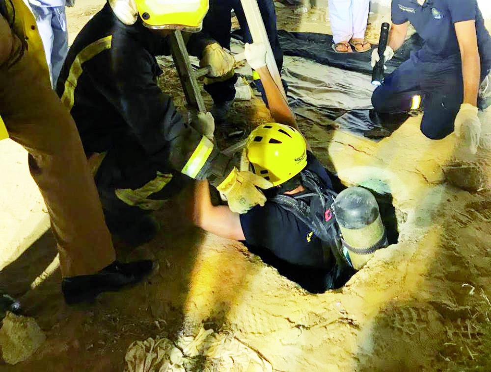 فرق الإنقاذ بالدفاع المدني تنتشل جثة الطفل الغريق فجر أمس الجمعة.