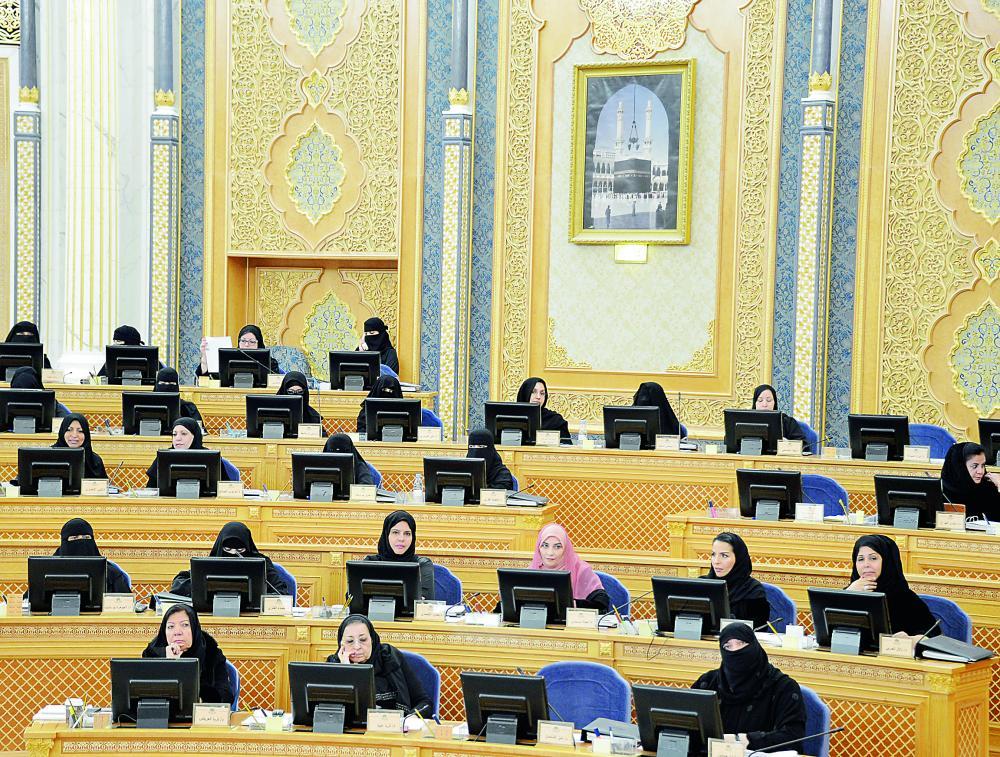 مشاركة المرأة في الشورى يعزز مكانتها في المجتمع. (عكاظ)