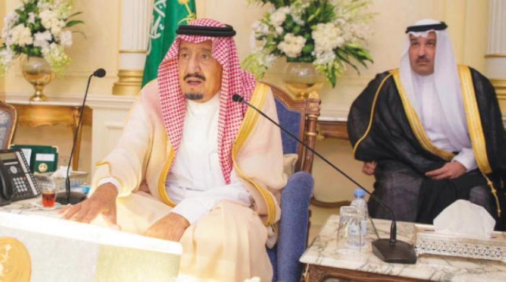 الملك سلمان خلال تدشين المشاريع بالمدينة.