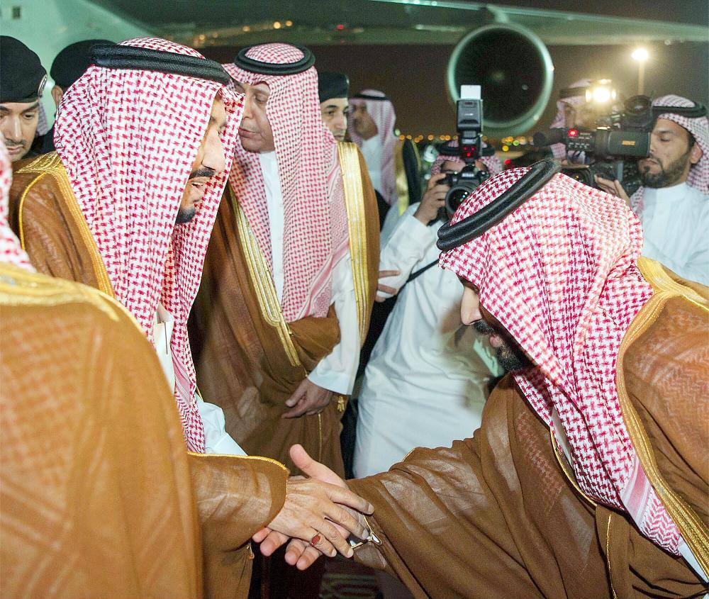 الملك سلمان لدى وصوله إلى الرياض أمس مصافحا ولي العهد.
