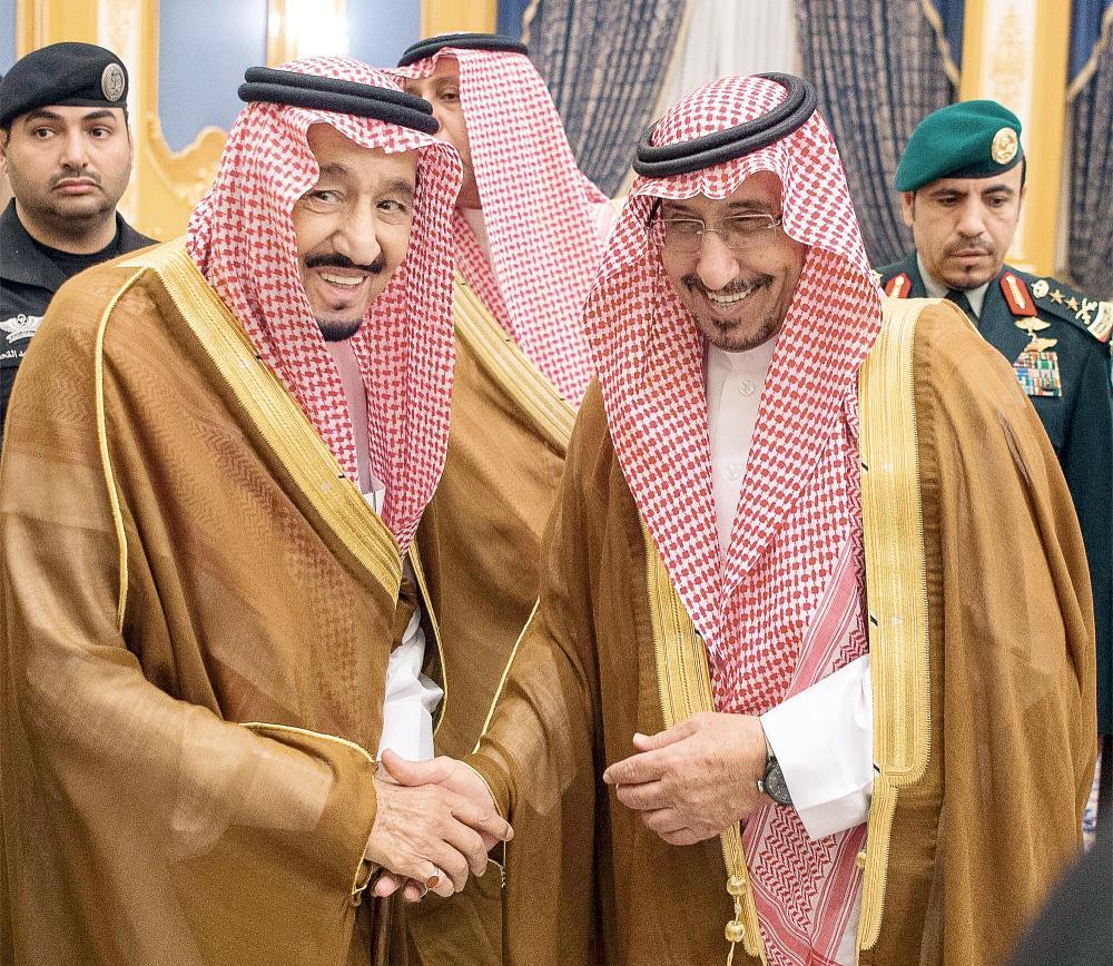 .. ومع الأمير مشعل بن سعود.      (تصوير: بندر الجلعود)
