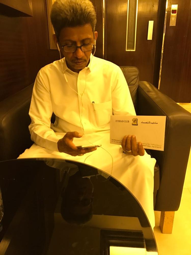 والد اللاعب سلطان مندش عقب تسلمه المستحقات من نادي الاتحاد.