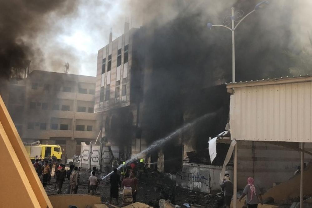 أثناء إخماد الحريق في عدن