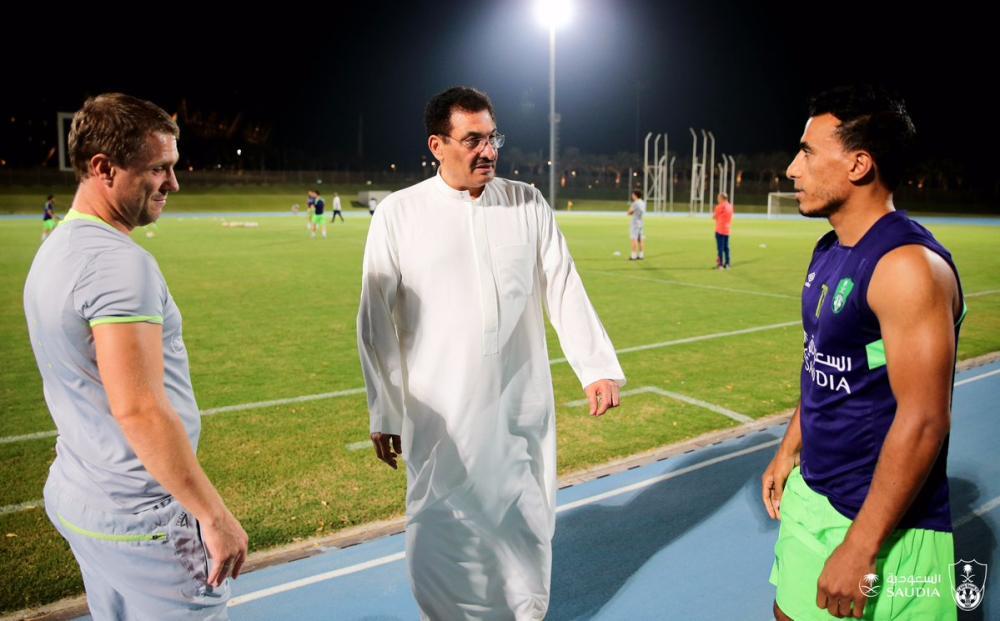 كيال في حديث مع ريبيروف والمصري محمد عبدالشافي. (عكاظ)