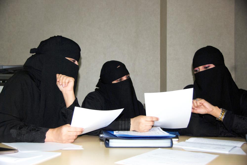 معلمات إداريات مرشدات.. «3 صنايع والحق ضايع»