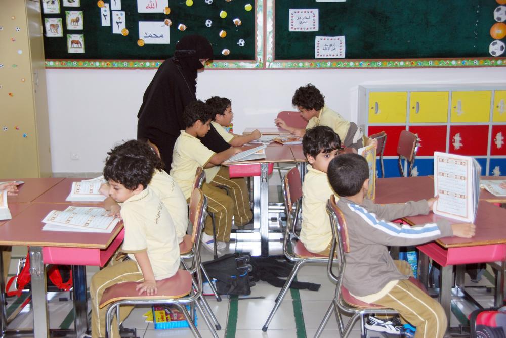 طلاب مع معلمتهم في إحدى مدارس جدة الأهلية.