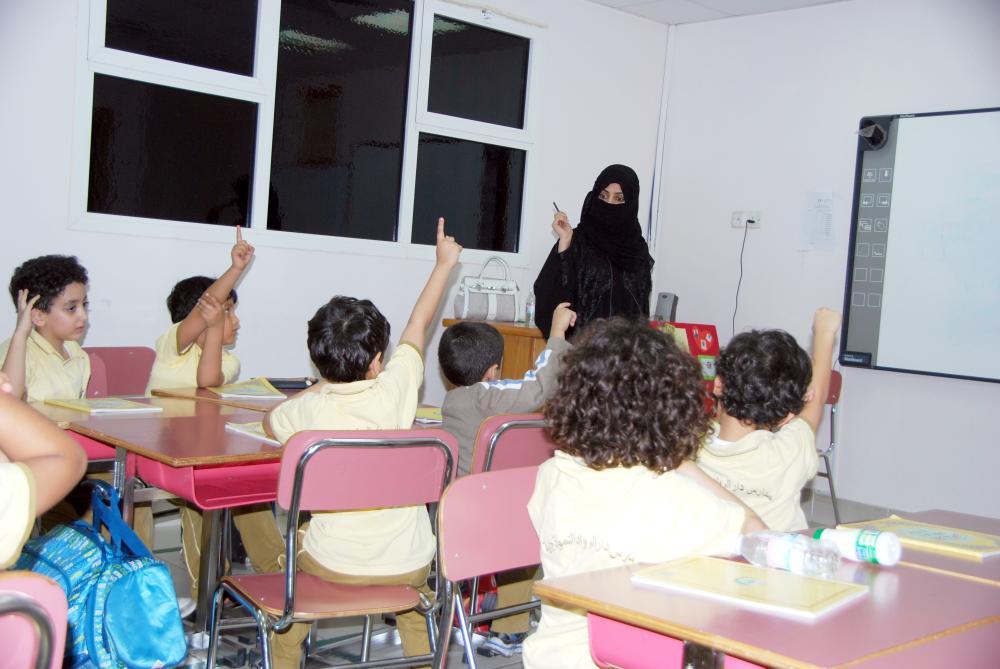 معلمة تشرح الدرس لطلابها وطالباتها في مدارس أهلية بجدة. (تصوير: أمل السريحي)