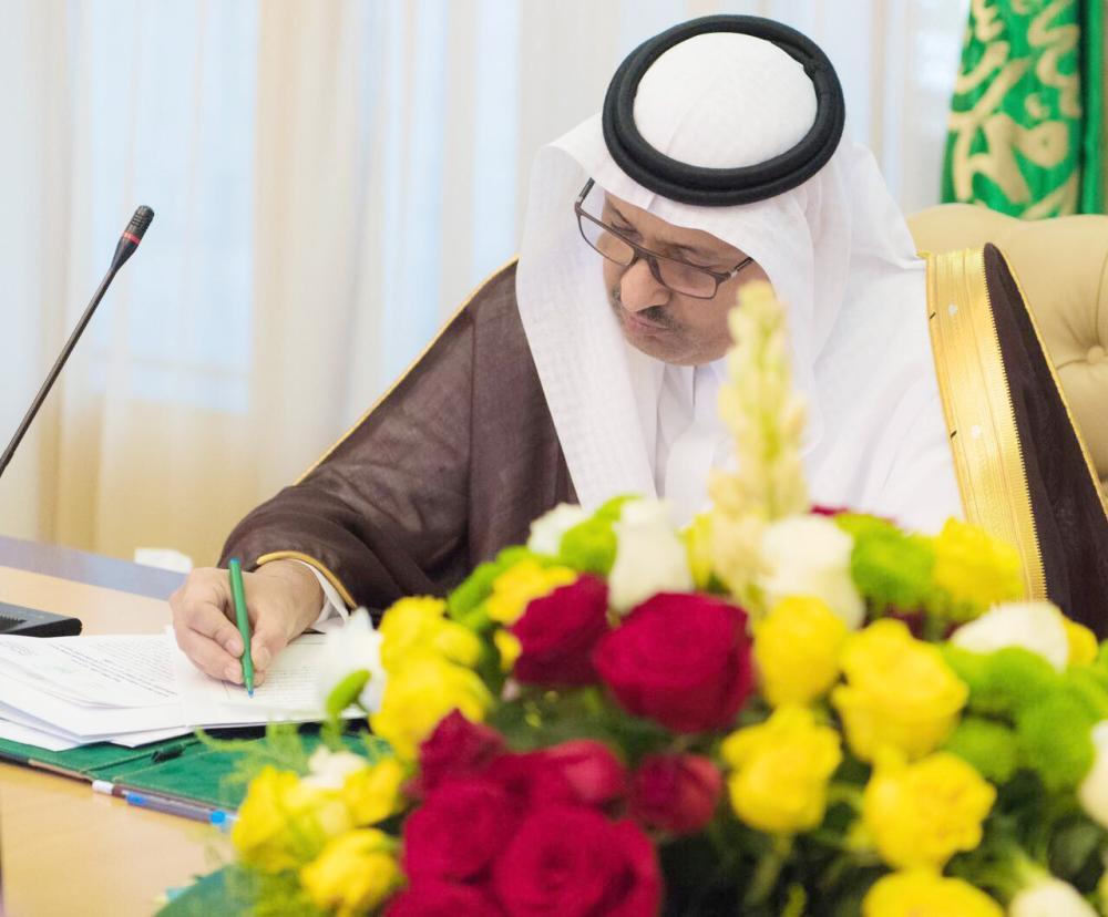 أمير الباحة مترئساً مجلس المنطقة أمس.