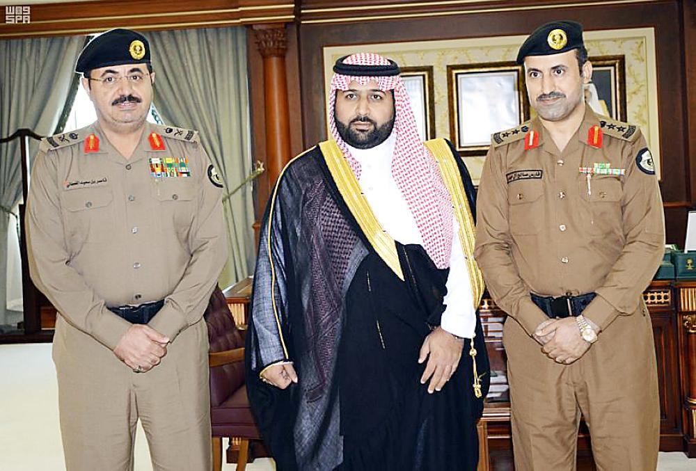 الأمير محمد بن عبدالعزيز متوسطا آل حيدر والقحطاني.
