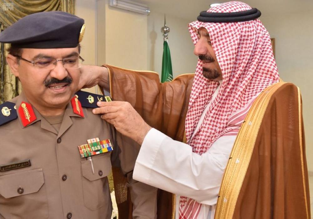 الأمير جلوي بن عبدالعزيز مقلدا مدير الدفاع المدني رتبته الجديدة. (عكاظ)