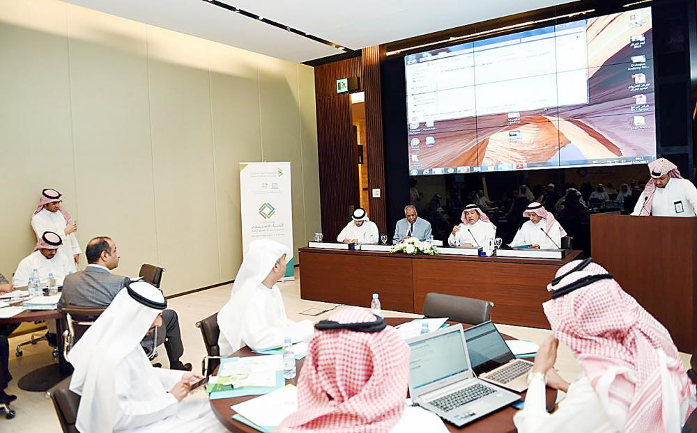 المشاركون في ملتقى الخبراء الاستشاري لتطوير الأدلة حول مواجهة التطرف.  (عكاظ)