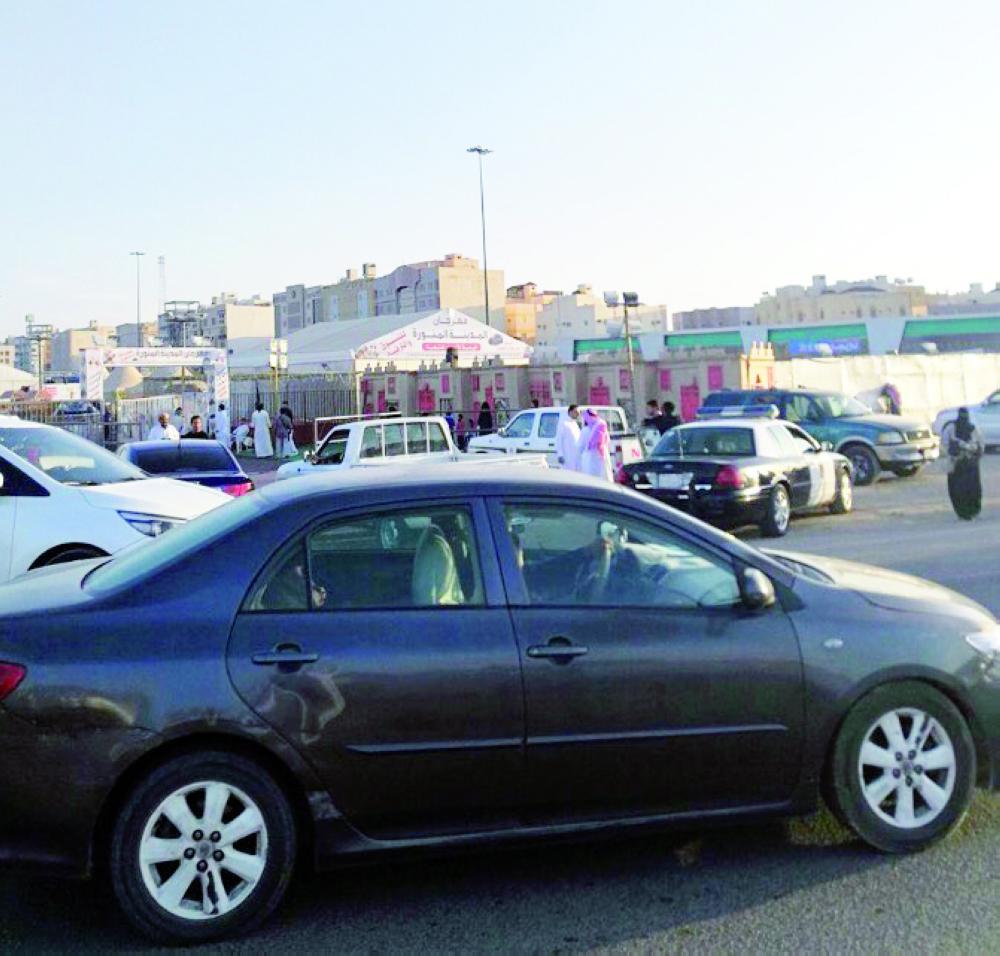 مركبات البلدية والدوريات الأمنية أثناء إغلاق المهرجان. (عكاظ)