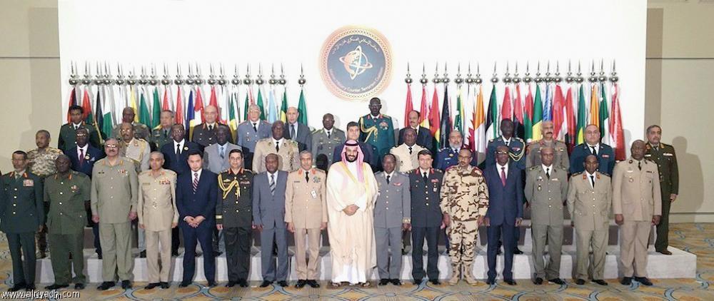 الأمير محمد بن سلمان في صورة تذكارية مع رؤساء أركان دول التحالف في اجتماعهم بالرياض أخيرا.  (عكاظ)