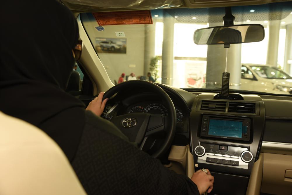سيدة تقوم بمعاينة سيارة في إحدى شركات بيع السيارات في جدة تصوير أمل السريحي