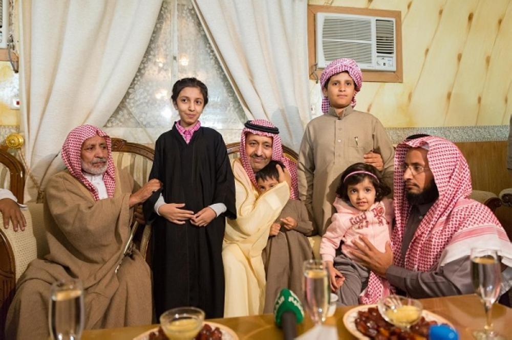 أمير الباحة مقدما التعازي لذوي الشهيد الغامدي