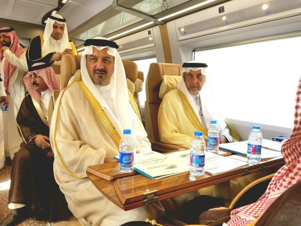 أمير مكة ونائبه يستقلان أول رحلة تجريبية لقطار الحرمين بين مكة وجدة